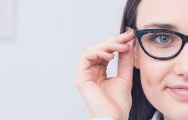 Fachowy dobór oprawek – modne i stylowe okulary na każdą okazję